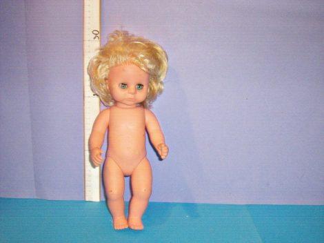 Szőke hajú baba